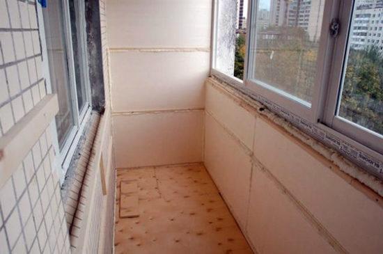 Обшиваем стены на балконе