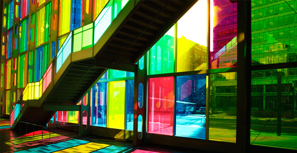 Цветное стекло в интерьере дома