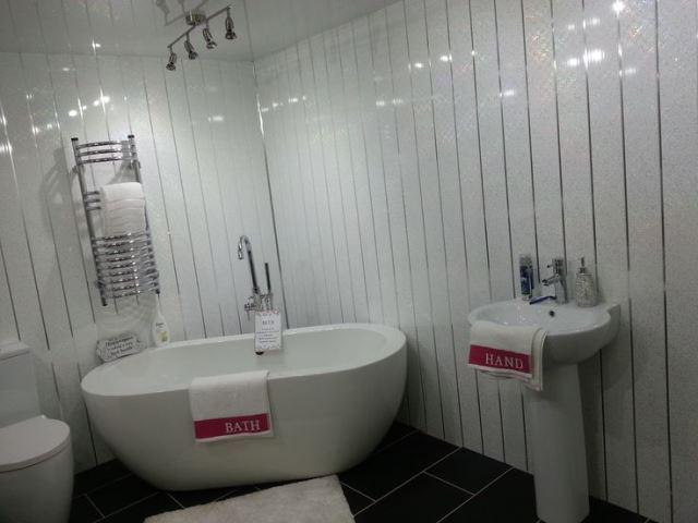 Отделка ванной комнаты ПВХ панелями – от преимуществ материала до технологии процесса